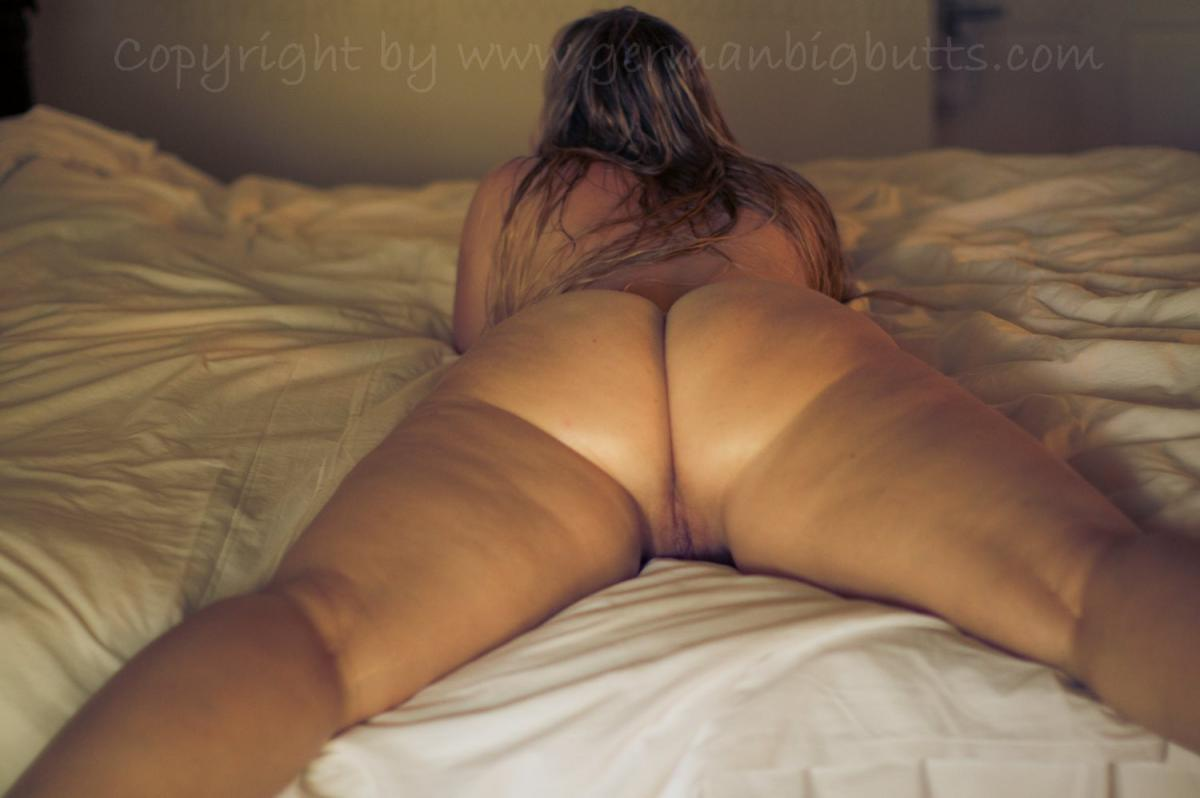 Sarah Big Butt - Nude Fun In And On My Hotel Bed ...